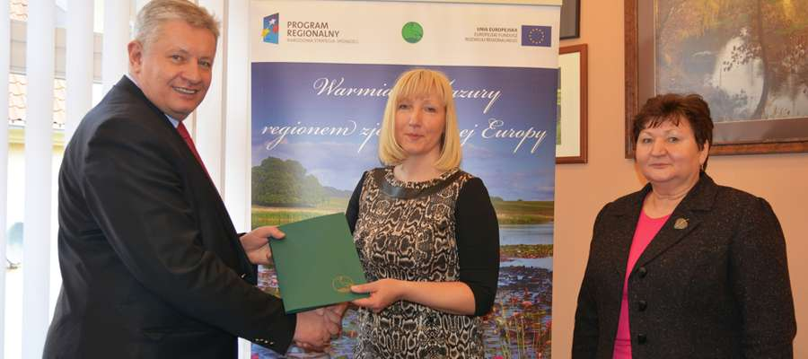 Adam Krzyśków, prezes WFOŚiGW w Olsztynie wręczył Alicji Kołakowskiej, wójt gminy Świętajno umowę pożyczki na budowę nowej strażnicy