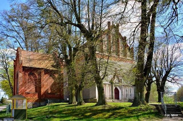 Bogatyńskie: neogotycki kościół z początku XIX wieku - full image