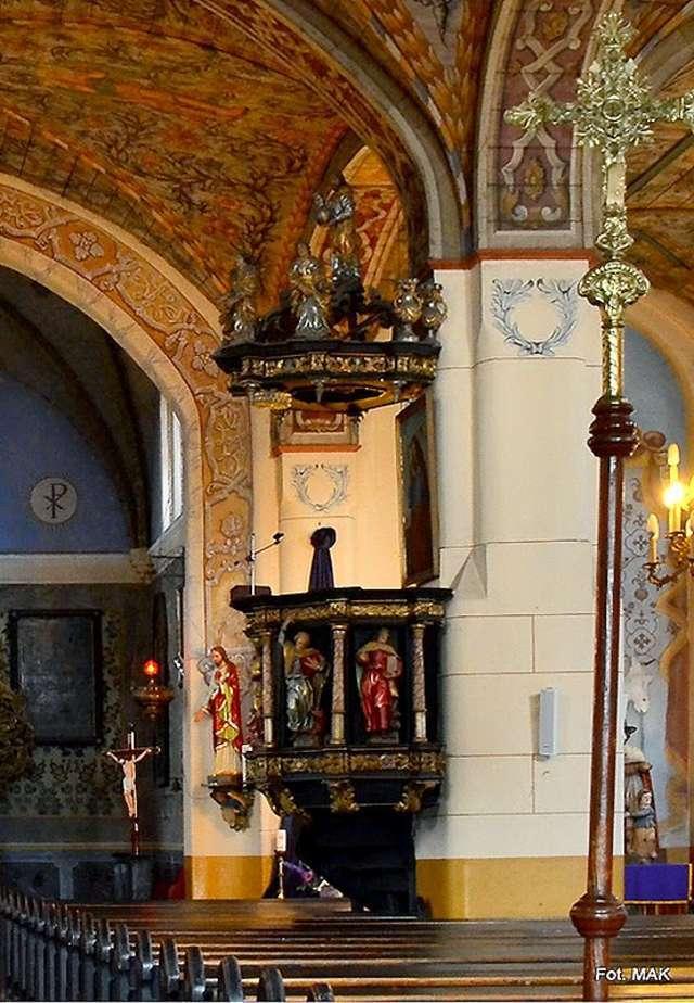 Jednym z piękniejszych elementów wewnątrz kościoła jest barokowa ambona - full image