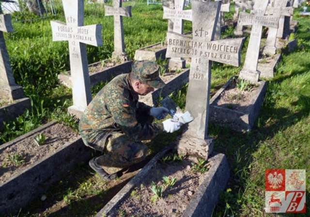 Wolontariusze odnowili kwatery żołnierzy polskich poległych w walce z bolszewikami  - full image