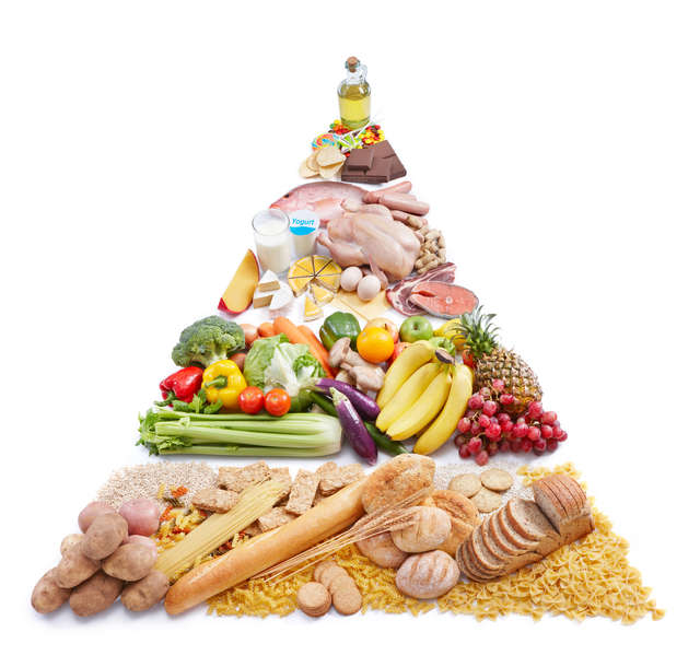 Piramida z pieczywa razowego i warzyw  - full image
