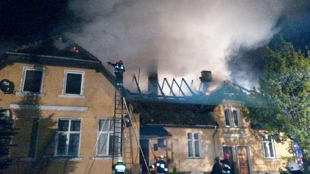 Budynek starej szkoły spłonął w nocy w Kandytach. - full image