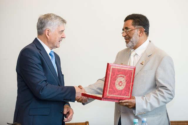 Rektor Ryszard Górecki i Salim Ismail Suwaid, przewodniczący delegacji Omanu. - full image