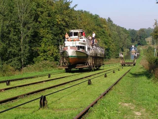 Pochylnia Buczyniec - podobnie jak wszystkie pozostałe na szlaku Kanału Elbląskiego - została gruntownie odremontowana pod nadzorem konserwatora zabytków. Wygląda i pracuje tak samo, jak 150 lat temu - full image