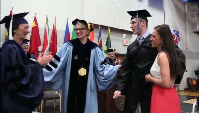 Sparaliżowany student odebrał dyplom na własnych nogach - full image