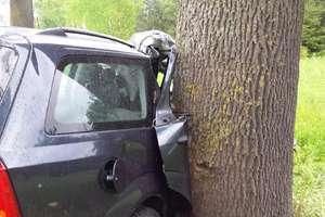 Ford uderzył w drzewo. 39-latek trafił do szpitala