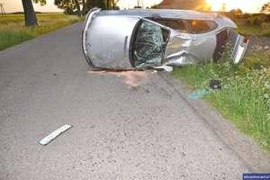 Rozpędzone BMW kilkukrotnie dachowało. Kierowca wypadł z pojazdu i zginął na miejscu