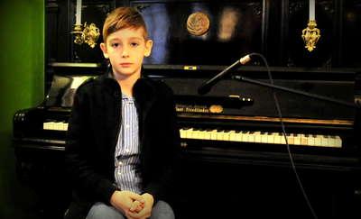 Krystian pięknie gra na fortepianie