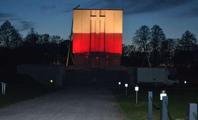 Ostrołęka: Biało-czerwony Pomnik Mauzoleum