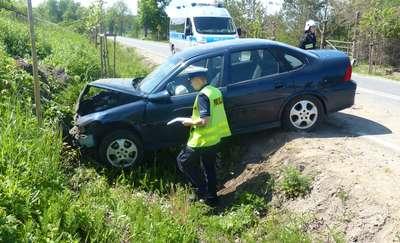 Uderzył w skarpę, trafił do szpitala. Wypadek na drodze 503 pod Tolkmickiem