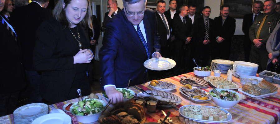 Prezydentowi Bronisławowi Komorowskiemu nie pomogła wizyta w naszym powiecie. To jedna z jego ostatnich prezydenckich kolacji. Zjadł ją w brudnickim Dworku