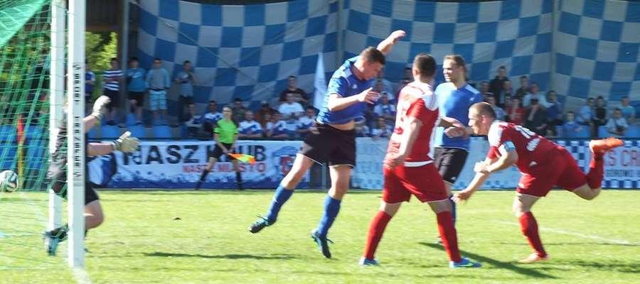Szymon Szypczyński (z prawej) właśnie strzela jedynego gola dla Cresovii Górowo Iławeckie w derbowym spotkaniu z KS Wojciechy