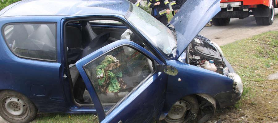 Auto zsunęło się do rowu i uderzyło w beton