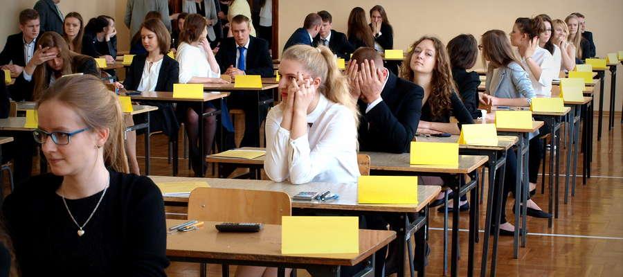 Uczniowie liceum Ogólnokształcącego w Żurominie chwilę przed egzaminem z matematyki
