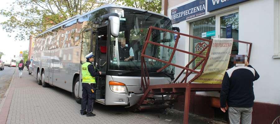 Kiedy kierowca zorientował się, że jego autobus zaczyna się staczać z zatoki przy ul. Grunwaldzkiej, było już za późno na opanowanie sytuacji...