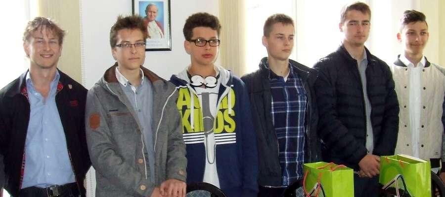 Listy gratulacyjne i upominki powędrowały do rąk (od lewej): Kamila Nurczyka, Jakuba Jechanowskiego, Bartosza Krzynówka, Jakuba Chaberka, Igora Pierzchały i Bartosza Charytona.