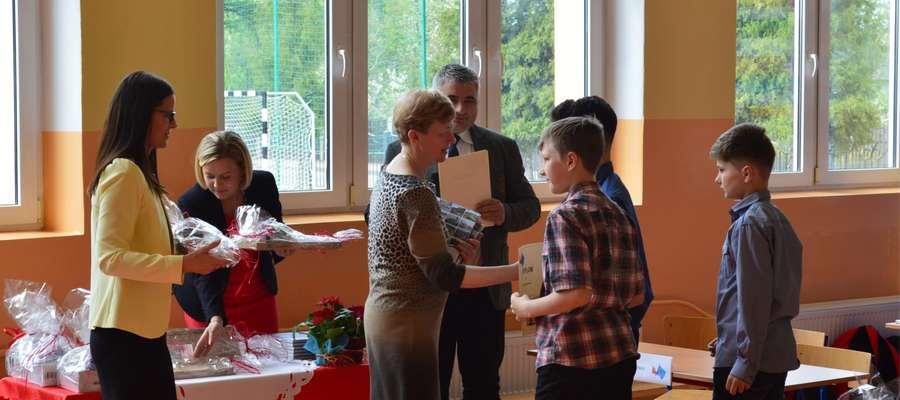 Uczniom gratulowała i upominki wręczała Teresa Łątkowska, zastępca wójta gminy Kurzętnik