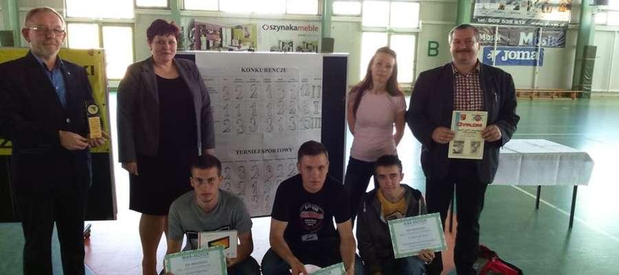 Wspólne zdjęcie zwycięzców z wicestarostą Katarzyną Trzaskalską, dyrektorem ZSZ Mirosławem Wodarą i opiekunami