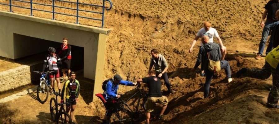 Podczas wyprawy nie tylko trzeba było jeździć rowerem, ale czasem także go przenosić