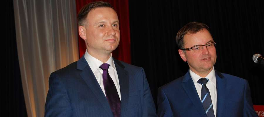 - Obiecuję, że to nie będzie prezydentura zamknięta, będziemy rozmawiali. Drzwi pałacu będą otwarte m.in. dla inicjatyw społecznych – zadeklarował Andrzej Duda (po lewej) po ogłoszeniu sondażowych wyników.