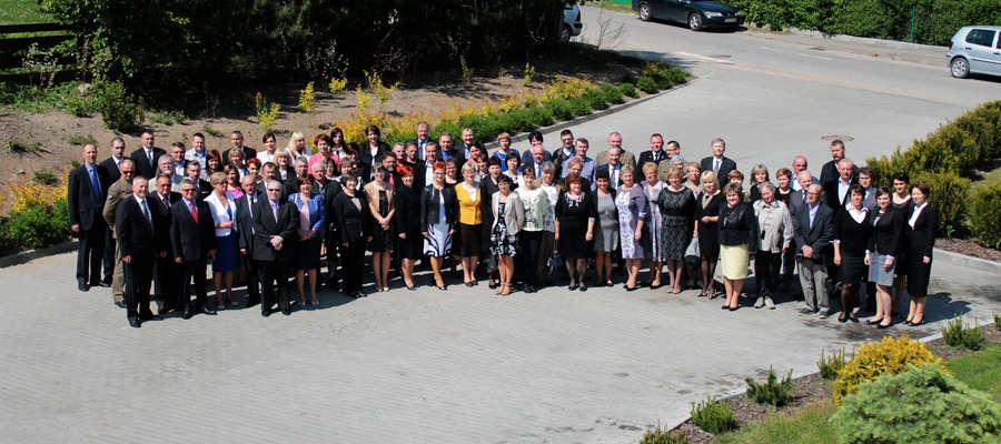 Pamiątkowe zdjęcie uczestników gali z okazji 25 lat samorządu w Bisztynku.
