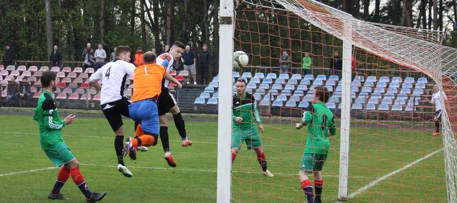 Adam Kapusta (Mrągowia) strzela jedynego gola dla swojej drużyny w meczu z Victorią Bartoszyce