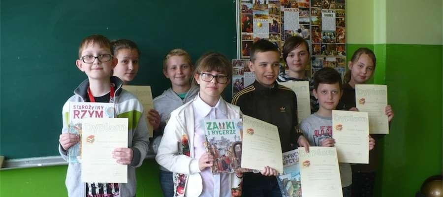 Uczestnicy konkursu z dyplomami i nagrodami