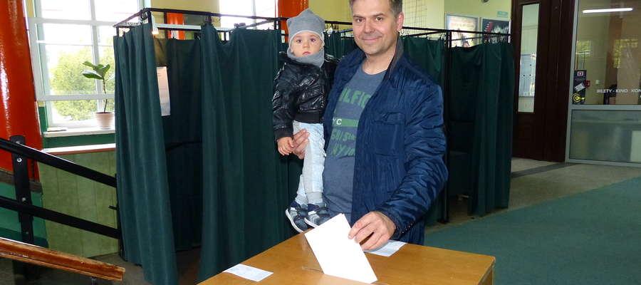 - Uważam, że udział w wyborach to obowiązek każdego obywatela - mówi pan Adam Pędzich z Mrągowa, którego w niedzielę spotkaliśmy w lokalu wyborczym. - Mamy możliwość sami decydować o tym, kto będzie nas reprezentować.