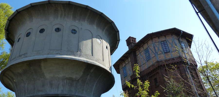 Ciekawostką jest fakt, że najstarsza kolejowa wieża ciśnień w Iławie (z prawej strony) nie jest wpisana w rejestr zabytków. Z lewej wieża zabytkowa