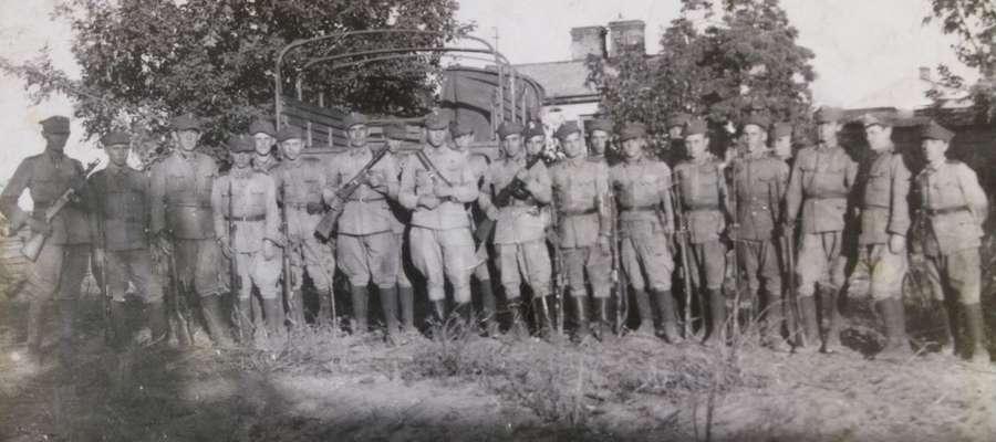 Edward Róg — trzeci z prawej — z frontowymi kolegami w Rembertowie jesienią  1944 roku
