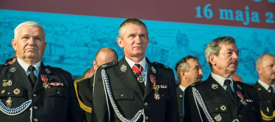 Waldemar Bzura prezes OSP w Krutyni (pierwszy z prawej) odznaczony Srebrnym Krzyżem Zasługi