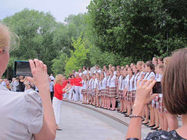 Dwa olsztyńskie chóry zaśpiewały w parku Centralnym - full image