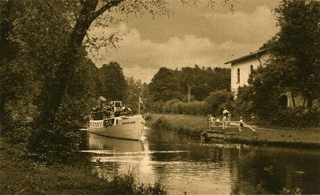 """Czulpa na pocztówce z lat 30. XX wieku. Motorowiec """"Oberland"""" obok zachowanego do dziś budynku Strażnicy Wodnej - full image"""
