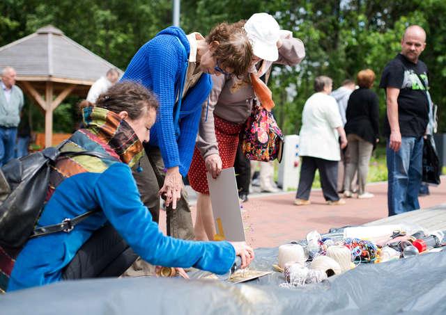 Ostatnie spotkanie seniorów ze sztuką w plenerze w środę w parku Podzamcze w Olsztynie - full image