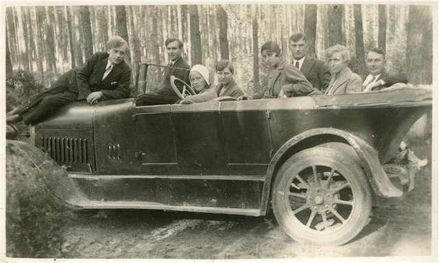 Tylko nieliczni na wakacyjne wypady mieli do dyspozycji automobil - full image