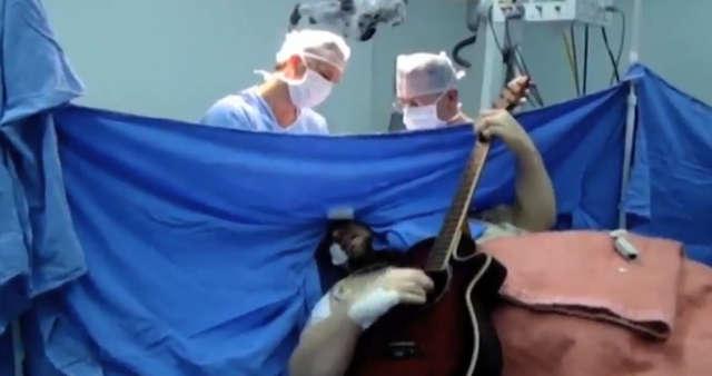 Grał na gitarze podczas operacji własnego mózgu - full image