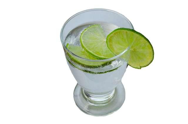 Woda z cytryną lub limonką będzie smaczniejsza.