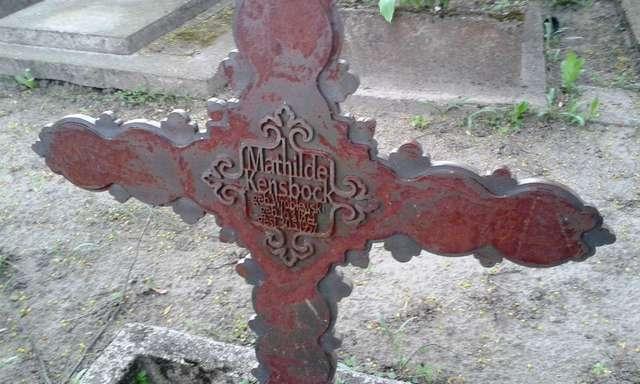 Krzyż na grobie Matyldy Kensbock, zmarłej w 1957 roku. Matylda Kensbock to prawdopodobnie krewna wymienionej w artykule Marii Kensbock - full image