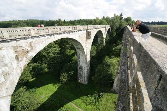 Wiadukty kolejowe w Stańczykach należą do najbardziej charaktertystyczynych zabytków Warmii i Mazur - full image