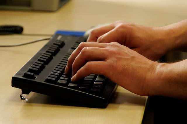Na zespół cieśni nadgarstka często cierpią osoby pracujące przy komputerze. - full image