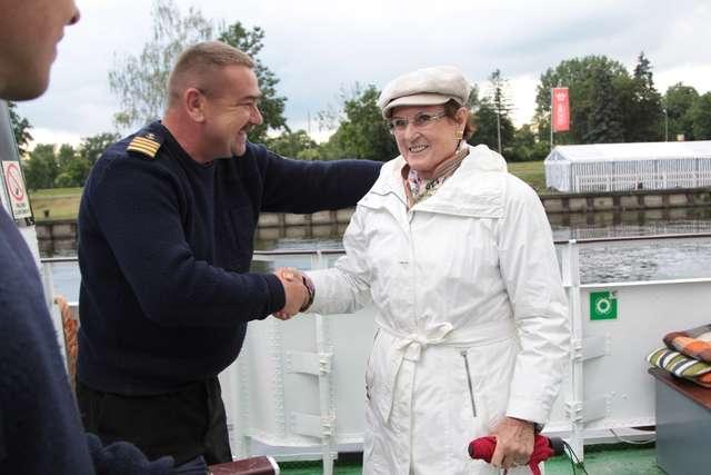 Kapitan Marabuta Piotr Czajkowski żegna panią Sabine Langner w porcie w Elblągu - full image