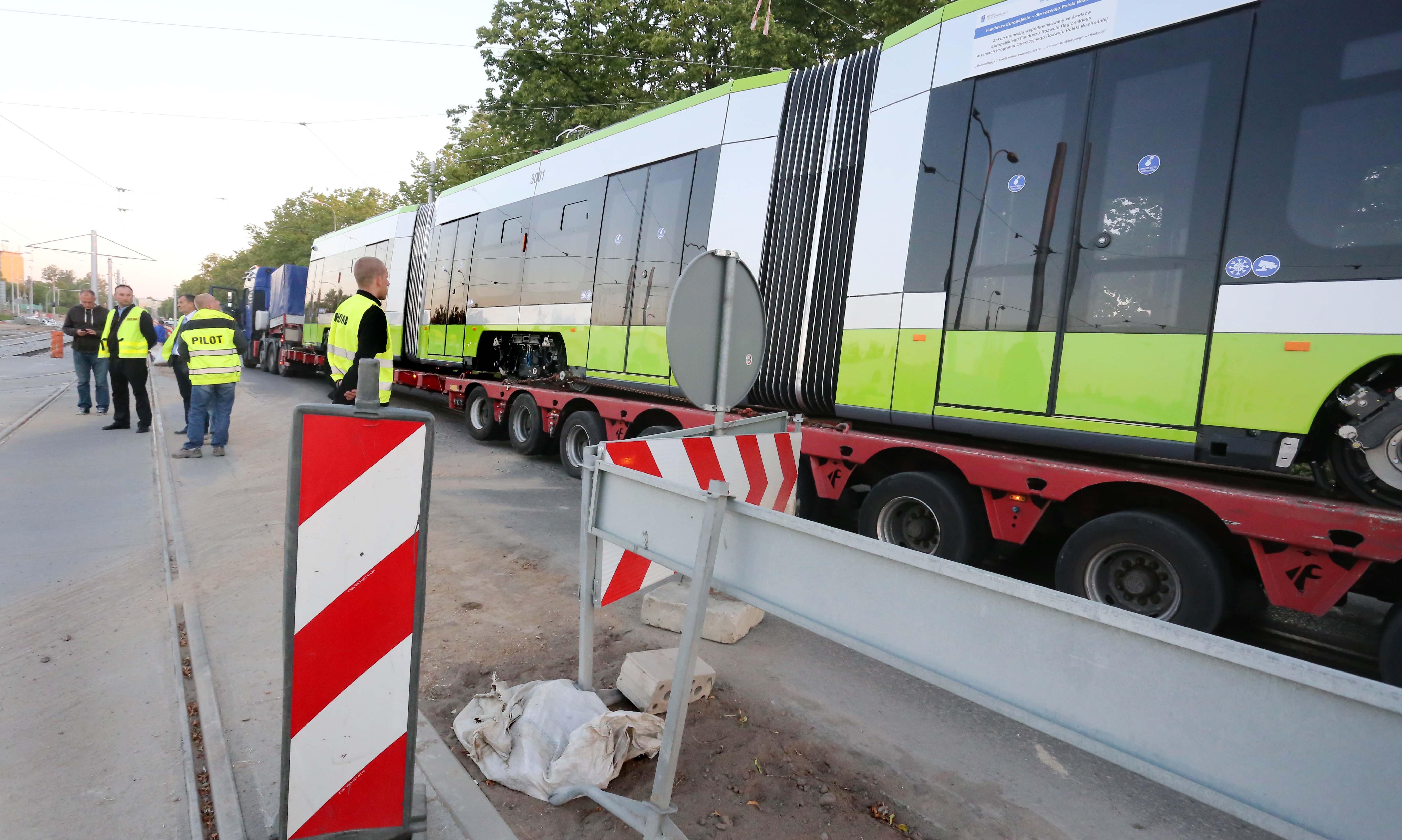 Specjalny konwój z tramwajem Solaris Tramino wjechał do Olsztyna w piątek nad ranem