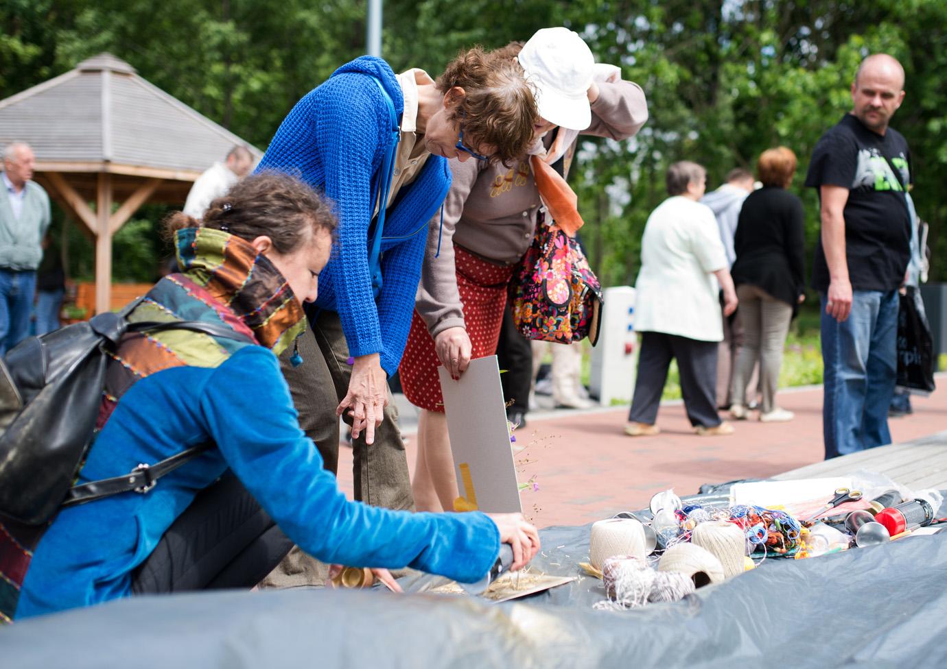 Ostatnie spotkanie seniorów ze sztuką w plenerze w środę w parku Podzamcze w Olsztynie