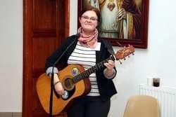 Współczesna ewangelizacja wymaga zaangażowania świeckich. Na zdjęciu Lidia Bielińska w czasie posługi muzycznej