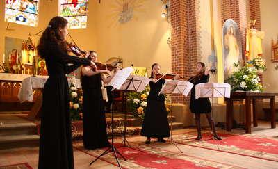 Młode, piękne i utalentowane skrzypaczki zachwyciły publiczność w Rożyńsku