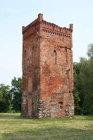 Wieża bramna jest pozostałością nieistniejącego już zamku biskupiego. To najstarsza budowla na Warmii