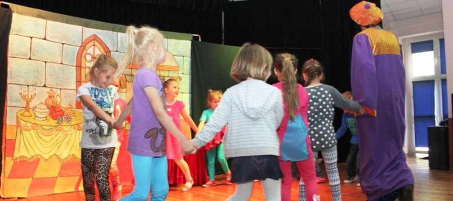 Spotkania z teatrzykiem dla dzieci cieszyły się sporym powodzeniem wśród najmłodszych.