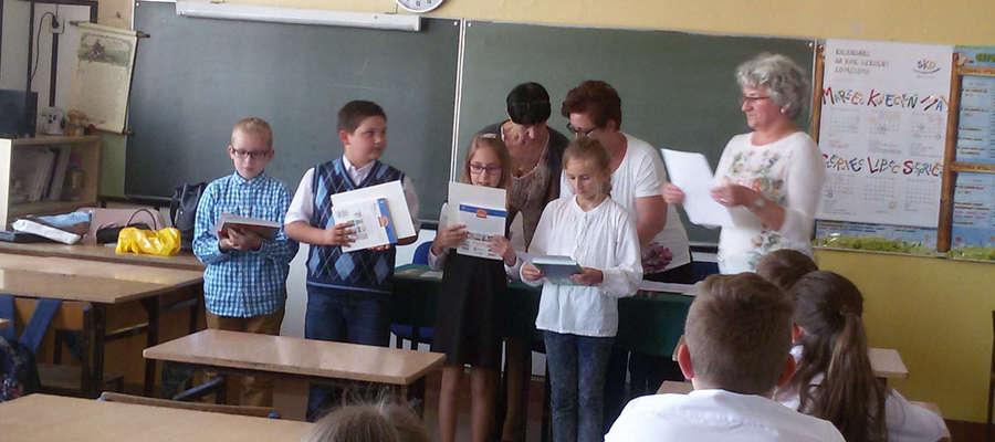 Ola Kozieł (trzecia od lewej) z dyplomem za zwycięstwo w powiatowym konkursie matematycznym.