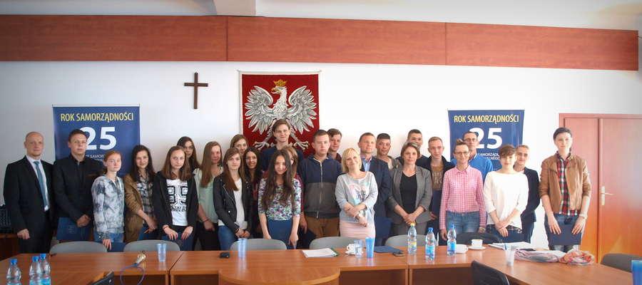 Uczestnicy pierwszej edycji konkursu Wiedzy o Samorządzie i komisja tego konkursu