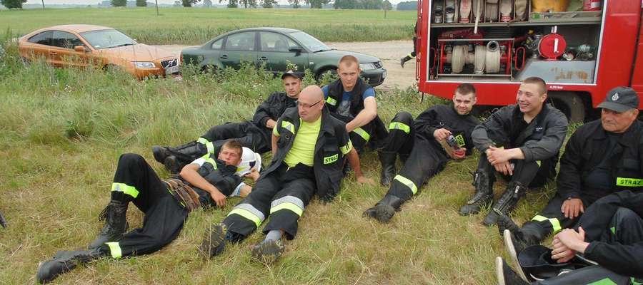Męsna drużyna OSP Troszkowo zwyciężyła i odpoczywa po zawodach.